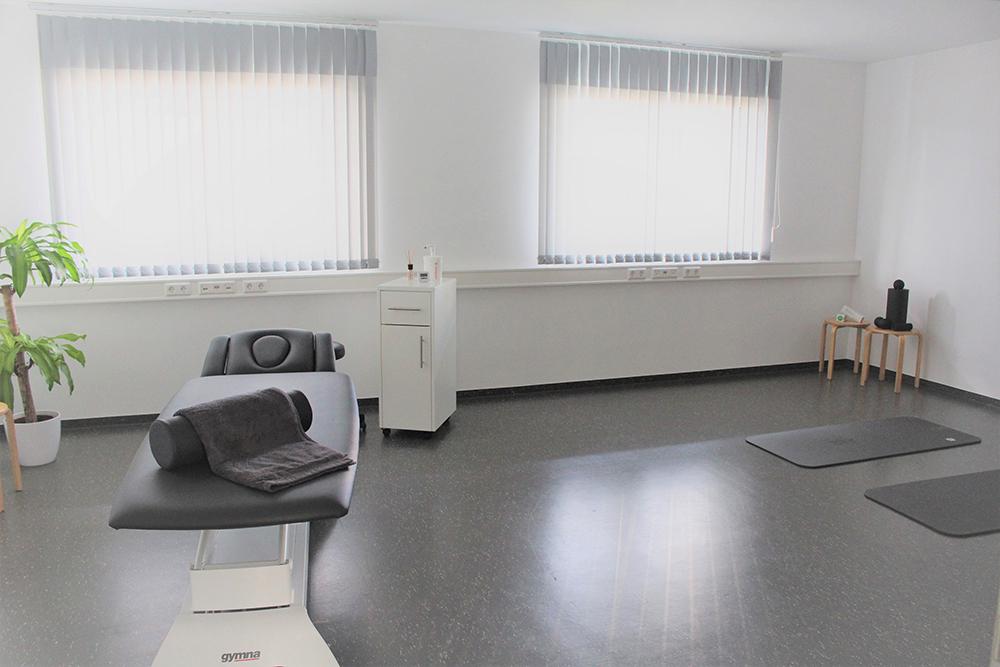 Privatpraxis für Physiotherapie. Großer Behandlungsraum mit Behandlungs- und Trainingsmöglichkeit