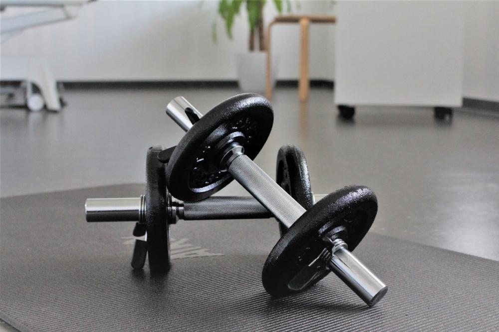 Privatpraxis für Physiotherapie in Tamm. Aktive Übungen und Training mit Kurzhanteln